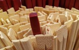 Utstående röd pinne överst av andra Royaltyfri Fotografi