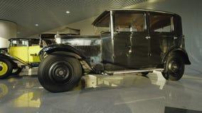 Utst?llning av retro bilar Samling av tappningbilar och lastbilar De f?rsta historiska bilarna lager videofilmer