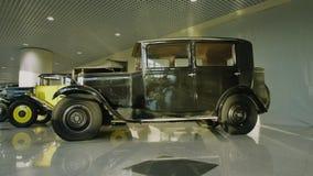 Utst?llning av retro bilar Samling av tappningbilar och lastbilar De f?rsta historiska bilarna arkivfilmer