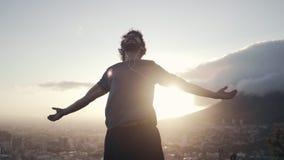 Utsträckta armar för idrottsman nenman som tar djup ny luft arkivfilmer