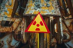 Utstrålningstecken - triangulärt varnande gult tecken av utstrålningsfaran i zonen av radioaktivt nedfall i den Pripyat staden arkivfoto