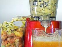 Utsugningsfläktfruktsaft lågt r/min., i att arbeta, producerar ny fruktsaft without Arkivfoton