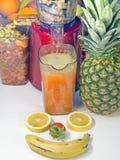Utsugningsfläktfruktsaft lågt r/min., i att arbeta, producerar ny fruktsaft without Royaltyfri Fotografi