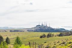Utsukushigahara公园无线电铁塔有天空背景是o 免版税库存图片