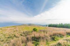 Utsukushigahara公园美好的风景视图有蓝色sk的 免版税库存照片