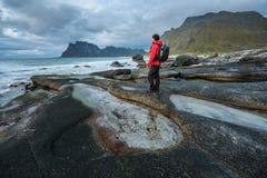 Uttakleiv海滩的远足者在Lofoten海岛上 免版税库存图片