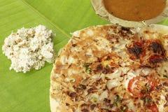 Uttapam, Traditioneel Zuiden Indisch Ontbijt met sambar en kokosnotenchutney royalty-vrije stock fotografie