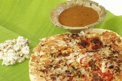 Uttapam, Traditioneel Zuiden Indisch Ontbijt met sambar en kokosnotenchutney royalty-vrije stock afbeeldingen
