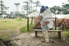 Uttaradit, Ταϊλάνδη, στις 5 Αυγούστου 2018: Ισχυρός εργαζόμενος ατόμων και πολλές αποσκευές στην οδοιπορία τρόπων στα βουνά ` phu στοκ φωτογραφίες