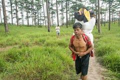 Uttaradit, Ταϊλάνδη, στις 5 Αυγούστου 2018: Ισχυρός εργαζόμενος ατόμων και πολλές αποσκευές στην οδοιπορία τρόπων στα βουνά ` phu στοκ εικόνα