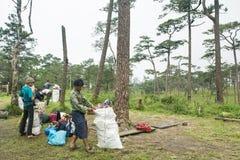 Uttaradit, Ταϊλάνδη, στις 5 Αυγούστου 2018: Ισχυρός εργαζόμενος ατόμων και πολλές αποσκευές στην οδοιπορία τρόπων στα βουνά ` phu στοκ φωτογραφία με δικαίωμα ελεύθερης χρήσης