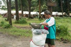 Uttaradit, Ταϊλάνδη, στις 5 Αυγούστου 2018: Ισχυρός εργαζόμενος ατόμων και πολλές αποσκευές στην οδοιπορία τρόπων στα βουνά ` phu στοκ φωτογραφία