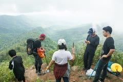 Uttaradit, Таиланд, 4-ое августа 2018: На горах ` ` PHU-SOI-DAO Турист trekking к верхней части гор, эта гора известен для I стоковое изображение