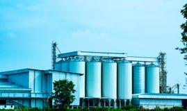 Uttaradit, Tailândia, maio 26,2018: Construção de fábrica local e céu azul bonito no campo de Tailândia Foto de Stock