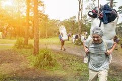 Uttaradit, Tailândia, o 5 de agosto de 2018: Trabalhador do homem forte e muita bagagem na maneira que Trekking em montanhas do ` imagem de stock