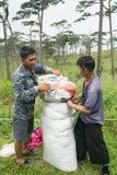 Uttaradit, Thailand, 5 augustus 2018: Sterke Mensenarbeider en heel wat Bagage op de Maniertrekking bij de bergen van ` phu-soi-D royalty-vrije stock afbeeldingen