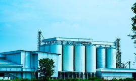 Uttaradit, Thailand, 26,2018 Mei: Lokale fabrieksbouw en mooie blauwe hemel in het platteland van Thailand Stock Foto
