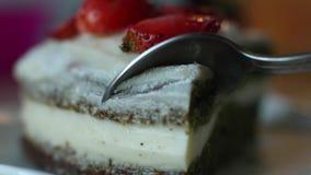 Utting kawałek apetyczny świeży biskwitowy ciasto tort z truskawkowego dżemu ekstremum w górę zdjęcie wideo
