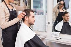 Uttorkning för hårstylisten mans hår Royaltyfria Bilder