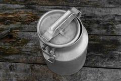 Uttorkning tvättad metall mjölkar på kanistrar, mjölkkannor i bygden arkivfoton