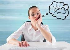 Uttråkad affärskvinna på skrivbordet som drömmer av solen mot oskarp blå wood panel Fotografering för Bildbyråer