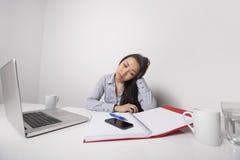 Uttråkad affärskvinna som arbetar på kontorsskrivbordet arkivfoton