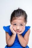 Uttråkad asiatisk flickaheadshot i vit bakgrund Arkivbild