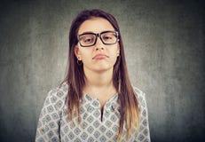 Uttråkad förargad kvinna i exponeringsglas royaltyfri foto