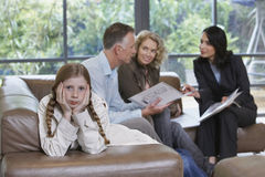 Uttråkad flicka av föräldrar och fastighetsmäklaren At New Property Royaltyfri Bild