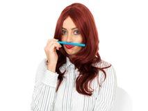 Uttråkad fundersam ung affärskvinna som är enfaldig Arkivfoto