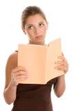 uttråkad kvinna för bok Royaltyfri Foto