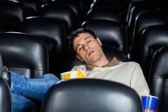 Uttråkad man som sover på teatern Royaltyfri Fotografi