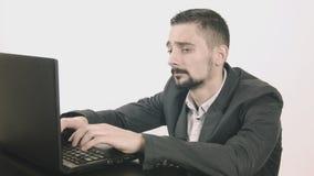 Uttråkad maskinskrivning för affärsman på hans skrivbord lager videofilmer