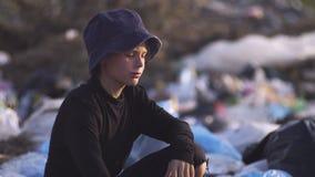 Uttråkad pojke som gör damm i förrådsplats lager videofilmer