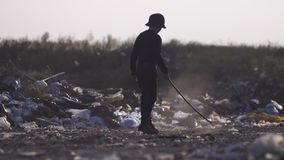 Uttråkad pojke som gör damm i förrådsplats stock video
