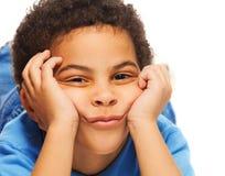 Uttråkad svart pojke Royaltyfria Bilder
