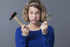 Uttråkad 20-talkvinna som har disinteresten för mekanikerslöjd eller DIY Arkivfoto