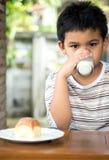 Uttråkad ung asiatisk pojke Arkivfoto