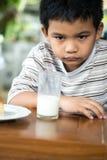 Uttråkad ung asiatisk pojke Royaltyfri Fotografi