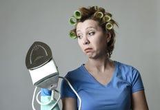 Uttråkat för kvinna eller för hemmafru ledset och stressat frustrerat innehavjärn som är ilsket och arkivfoto