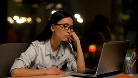 Uttr?kat arbete f?r ung kvinna p? b?rbara datorn i regeringsst?llning och att sakna motivation, unloved jobb royaltyfri foto