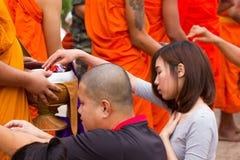UTTRADIT THAILAND - MAJ 23, 2016: 1.111 munkar mottar av mat Royaltyfri Foto