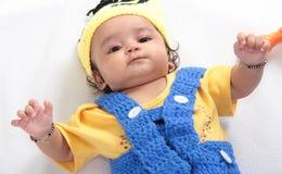 Uttryck av ett lyckligt skämtsamt indiskt barn royaltyfri foto