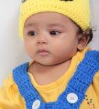 Uttryck av ett lyckligt sk?mtsamt indiskt barn royaltyfri bild