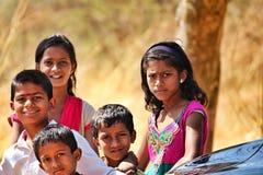 Uttryck av gående fattiga ungar för skola i Indien arkivfoto