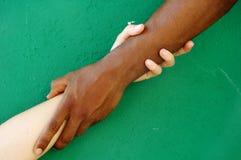 Uttryck av inter-ras- förhållanden Royaltyfria Bilder