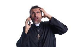 Uttryck för smartphone för präst talande roligt fotografering för bildbyråer