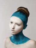 Uttryck. Fantasi. Excentrisk kvinna med blått målat hud och hår. Färga royaltyfri bild