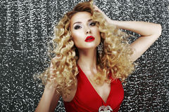 Uttryck. Glamorös flott dam i röd klänning i drömmeri. Lyx Arkivbilder