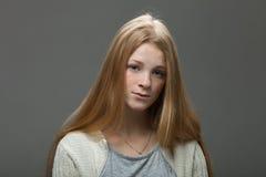 Uttryck och sinnesrörelser för mänsklig framsida Stående av den unga förtjusande rödhårig mankvinnan med att truta kanter i den h royaltyfria foton